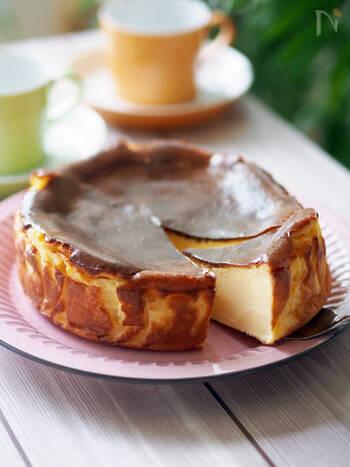 濃厚なバスク風チーズケーキは、とろりとクリーミーな食感で、ワインによく合います。スイーツなのにおつまみとしても満足できる一品です。