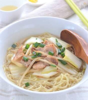 白菜と豚バラを使った、中華丼のような味わいのラーメン。白菜をたっぷり入れて、豚バラをカリカリに炒めれば、大満足のメニューに。