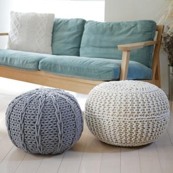 コロンと可愛らしい「ニットプフ」は、温もりを感じる素材感で秋インテリアにもぴったり。  「プフ」とはモロッコで使われている、円形や立方体のクッションのこと。高さがあるので、椅子にしたりオットマンにしたりと使い道が広がります。
