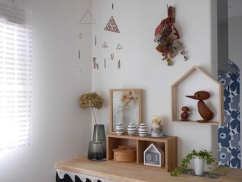 ドライフラワーに、木製小物をプラスするとよりナチュラル感のあるコーナーに。ディスプレイ棚やフレームの素材を合わせているので、さまざまな小物を飾っていても統一感がありますね。