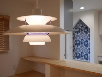 デザインが素敵な照明は、インテリアをワンランク格上げしてくれます。こちらは、デンマークでは「国民的照明」とも呼ばれている「PH5」。  注目すべきは、心地良い光を届けるために計算されつくされた円盤のような独特のフォルム。おしゃれさだけでなく、光の質にもこだわる方におすすめです。
