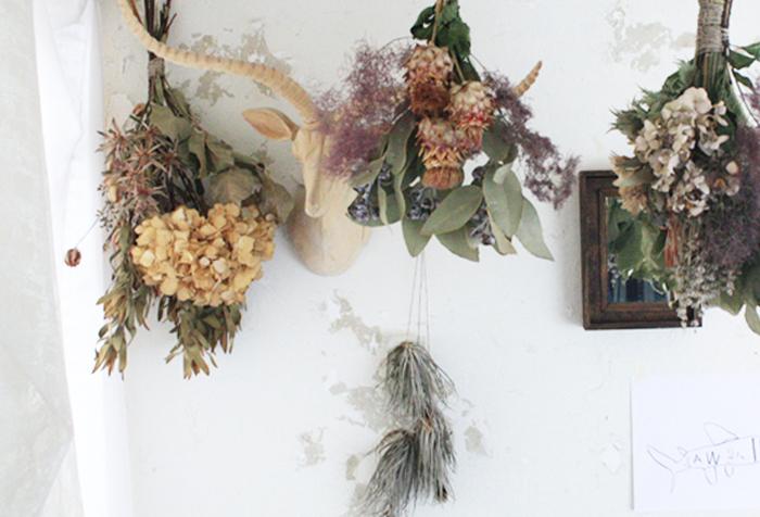 ナチュラル素材でつくられた小物は、秋色との相性も◎ 色褪せたシャビーシックな色合いと質感のドライフラワーは、秋インテリアの主役になります。