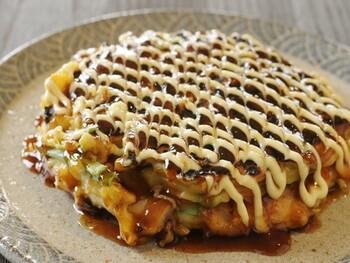 お好み焼きはキャベツを使うのが一般的ですが、白菜でもOK。ほんのり甘くて優しい味わいです。残りがちな白菜の使い切りにもなっていいですね。