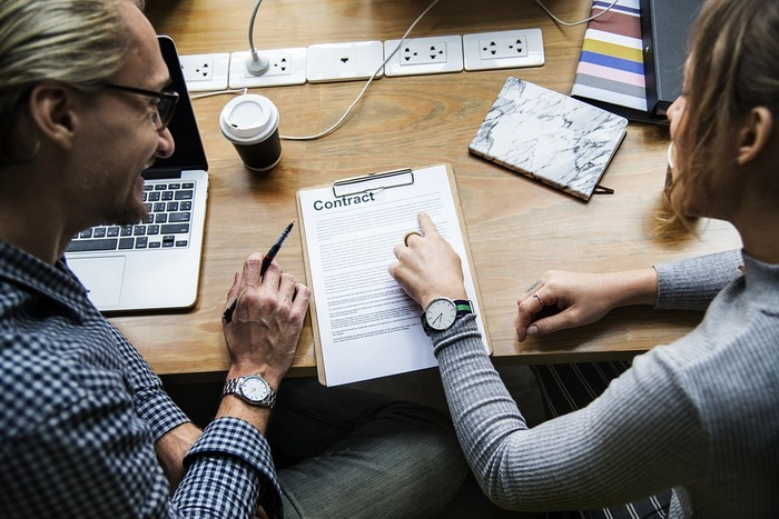 仕事が早い人は、周りの人と上手に仕事を共有しています。一人で抱え込むより、状況を確認しつつ、他の人とも分業していくと、仕事の質がぐっと向上します。仕事をお願いする相手を見極めるためには、普段からのコミュニケーションが重要になります。