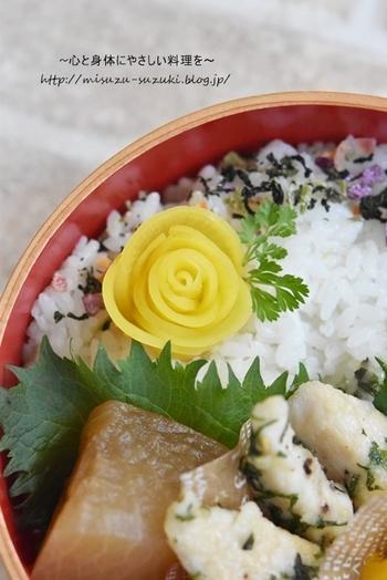 ほんのひと手間加えるだけで、漬物やかまぼこでも可愛い飾りを作ることができるんですよ◎。こちらはたくあんで作った、とっても可愛らしいバラの飾りです。ご飯の上に一つのせるだけで、お弁当がぱっと華やかな雰囲気に。