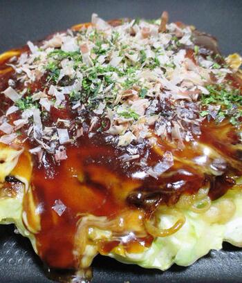 広島風お好み焼きの最大の特徴は、中華麺が入ること。関西風お好み焼きの中でも、麺入りのモダン焼きがありますが、広島風が具材を重ね焼きをするのに対して、モダン焼きは関西風お好み焼きの上に麺と卵をのせたものです。写真は、モダン焼き。