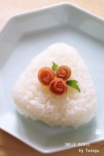 こちらはカリカリ梅で作った可憐なバラの花です。リンゴの皮をむくようにカリカリ梅を包丁で切り、くるくると丸めるだけで簡単に作ることができます。見た目も可愛いバラの飾りは、お子さんのお弁当にもぜひおすすめです。