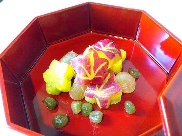 紅葉の形をした可愛いさつまいもの甘煮は、これからの季節にぴったりの一品です。型抜きして葉脈を描くだけで、とっても簡単に作ることができます。
