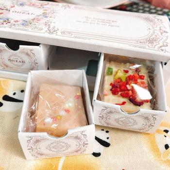 エレガントなボックス入りの「キューブラスク」。引き出しを開けると、中からデコラティブなラスクが登場!ハートホワイト、ストロベリー、バラハートホワイトなどお花やフルーツが感じられるラインナップです。