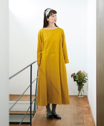 1枚でさらりと着てもかわいいマスタードイエローのワンピース。色が浮いてしまうのが心配であれば、ヘアバンドなどの印象的なアクセサリーでアクセントを付けるのも手。全体が華やぎ良いバランスになりますよ。