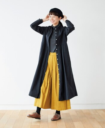 ブラック×マスタードイエローの対照となる色でまとめたモードな印象のコーデ。メリハリのあるコントラストがおしゃれですね。マスタードイエローのパンツは存在感が強いので、ガウンなどを羽織ってブラックの割合を多めにしてみると大人かっこよく仕上がります。