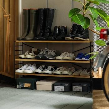 日頃よく履くお気に入りの靴は、靴箱にしまわずオープン収納に。扉を開ける手間なくサッと戻せるので、靴の散らかりを防止できます。  生活感なく、おしゃれに見せるには、シェルフのデザインにこだわるのがポイントです。