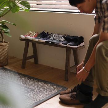 ベンチに靴を収納するのも素敵なアイデア。  備え付けの靴棚からあふれた靴も、こんな指定席ができるとスッキリした印象に。