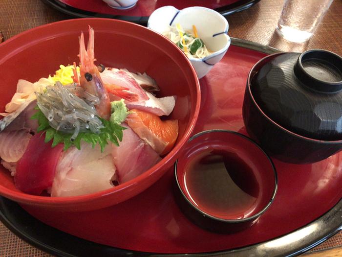 やはりだるまに来たら、熱海の海の幸をたっぷりと乗せた海鮮丼がおすすめ!季節に合わせた鮮度抜群の魚介を楽しむことができ、熱海に来た!と思わせてくれるおすすめランチスポットです。