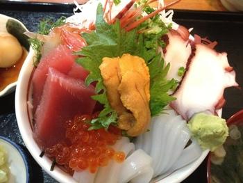 まさるの海鮮丼は見ての通りのボリューム感がたまらない!地元の方が通い詰めるだけのことはある鮮度の良さとお腹を満たすボリュームを求めるならまさるで決まりですね。