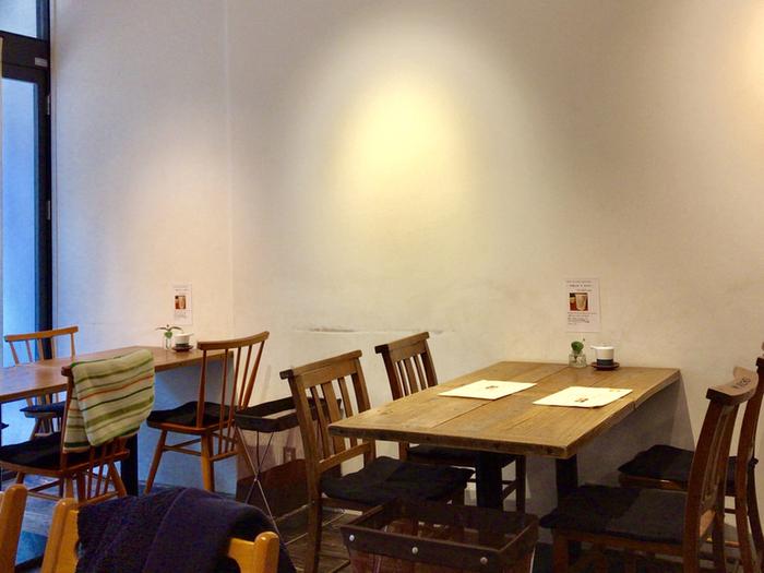 センスの良い木目調のインテリアでまとめられており、都内のカフェをイメージした作りとなっています。