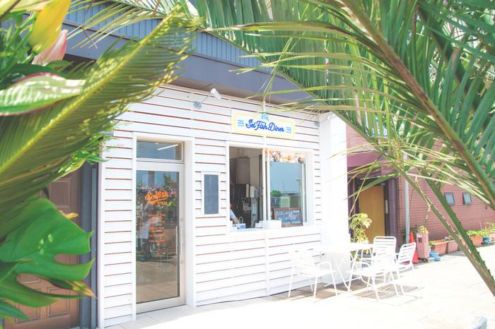 熱海の海のイメージを感じさせるおしゃれなカフェスポット「Selfish DINER(セルフィッシュダイナー)」は、話題のハンバーガーが頂けると人気のスポットです。