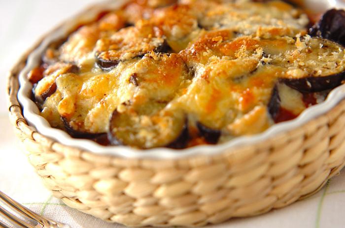 市販のミートソースを使ってパパっと作れちゃうミートドリアのレシピです。フライパンを使うのはナスを炒める時だけ。時間がない時のお助けメニューにもなりますよ。