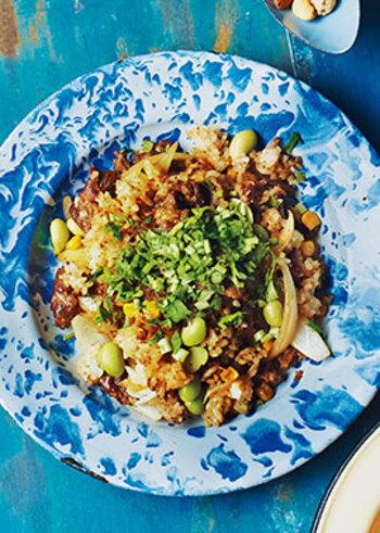 ニンニクの香りが食欲をそそる、スタミナたっぷりの焼肉ピラフです。焼肉のタレを使うので、簡単においしく仕上がります。コーンや枝豆など彩りのいい野菜をプラスして見た目も◎