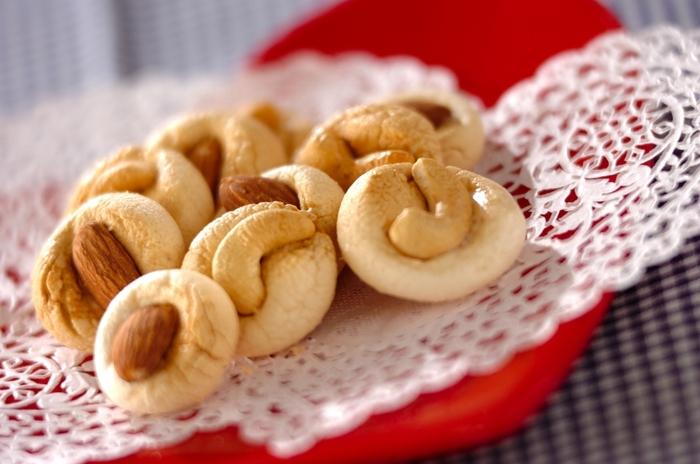 ふわふわの食感のマシュマロを、オーブンで焼くとサクサク食感になるのをご存知ですか? マシュマロにはメレンゲが含まれているので、オーブンで焼き上げると焼きメレンゲになるんです。途中で取り出してナッツをのせればマシュマロクッキーのできあがり。