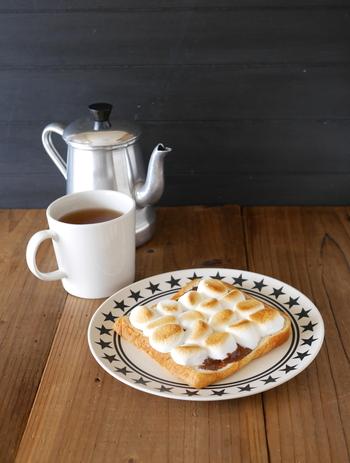 2013年頃からSNSを中心に広まったマシュマロトースト。チョコレートを加えれば立派なおやつの完成。 マシュマロトーストは甘いので、苦いコーヒーと一緒にいただきたいですね。