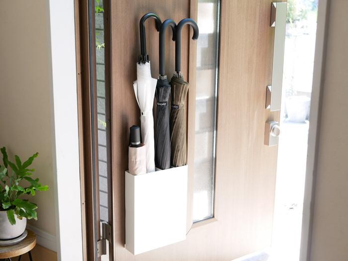 数が多く、長さのある傘は、収納場所に困るアイテム。 デッドスペースや目立たないスペースを生かして、効率よく収納したいもの。  こちらは、マグネットで設置できるホルダー。ドアを利用して目立つことなくスッキリ収納することができます。 床掃除が楽になるのも嬉しいポイントです。