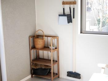 掃除道具をモノトーンで統一すれば、主張しすぎず空間になじみます。  ディスプレイ感覚で木製のフックに掛けておくのも◎