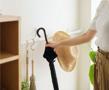ちょっとしたスペースに突っ張り棒を設置すれば、色々な物を掛けて収納できます。  日傘と帽子を一緒に掛けておけば、日除けグッズとしてお出かけの際に忘れずに済みますね。