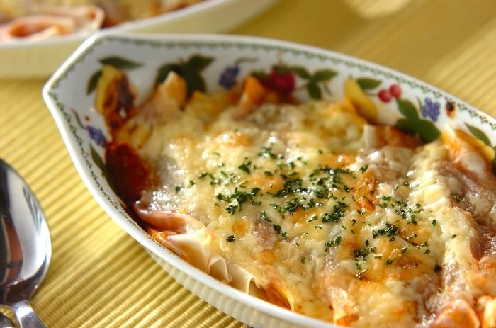 「カネロニ」とは、イタリア語で「大きな葦」を意味する円筒形のパスタの一種。中に詰め物をして使うのが一般的ですが、日本では馴染みの無い方も多いかもしれませんね。手軽な餃子の皮で代用することができます。ミートソースとチーズを使うので、子供たちも喜んでくれそう。