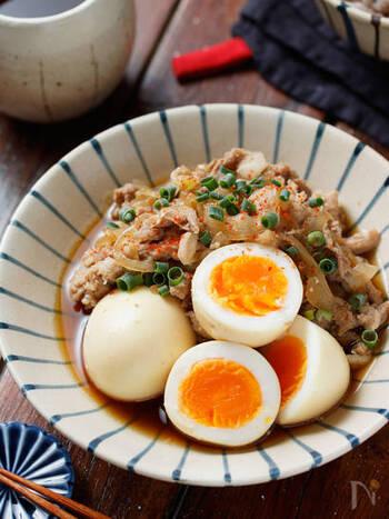 こちらは、豚こま肉に卵も入ってボリューミーなレシピ。ゆで卵を作っておけば、20分でできますよ。作り置きもできるので便利。お好みで一味唐辛子を振っていただきましょう。