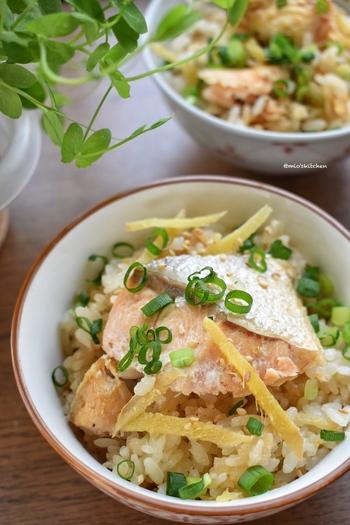 こちらは、豪快に鮭が入った炊き込みご飯のレシピです。ご飯とメインのおかずがワンセットになったと考えてOK。味付けもめんつゆのみで簡単にできます♪
