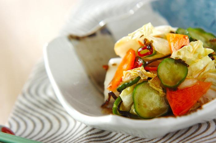 炊き込みご飯をしっかり食べたい日は、箸休めにぴったりのおかずを合わせると良いでしょう。こちらは、白菜やきゅうり、人参も入った浅漬けのさっぱりレシピです。仕上げに、レモンやユズなどの柑橘類の絞り汁としょうゆをかけて♪