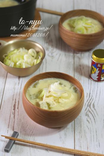 汁物に野菜をたっぷり使う方法もありますよ。肌寒くなってきた秋におすすめ◎女性に嬉しい豆乳を使ったレシピです。野菜の食感が味わえるよう、煮込み加減を調節してみてください。