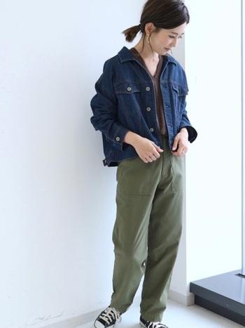 ブラウンのVネックニットにカーゴパンツというカジュアルコーデ。Gジャンはシャツみたいに抜き襟で着こなして、抜け感をプラス。
