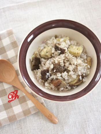 こちらは、なすを使ったシンプルな炊き込みご飯のレシピです。洋風炊き込みご飯も炊飯器ひとつで作れます。オリーブオイルを入れることで洋風感がぐっとUP。にんにく入りで食欲もUPしそう♪粗挽き黒こしょうを振っていただきましょう。