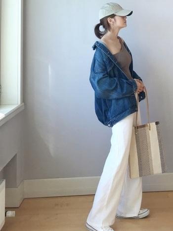 白のフレアーパンツに、今年っぽいゆったりサイズのGジャンを合わせて。キャップやバッグはベージュ系を選んで、ナチュラルな印象に。