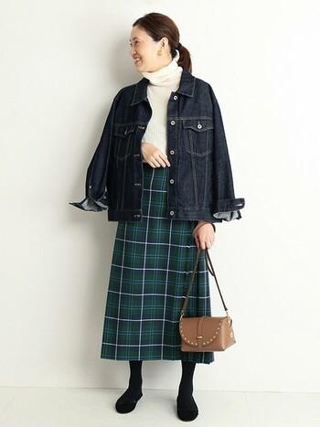 トラッド感の強いチェックのキルトスカートには、ジャケットではなくあえてGジャンをセレクト。こなれ感が出ておしゃれ感がアップします。