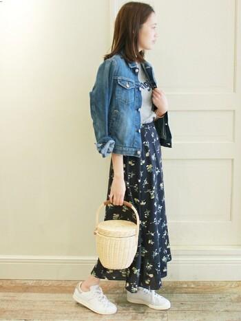 小花柄のフェミニンなスカートを、Gジャン&スニーカーでカジュアルに着こなして。