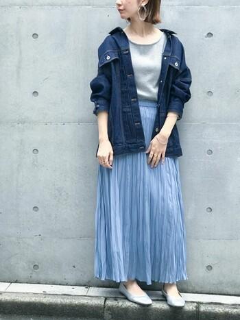 ロングプリーツスカートの繊細さと、Gジャンのハードな印象のコントラストが際立つコーデ。Gジャンの袖はたくし上げて抜け感をプラス。