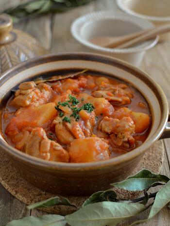 シンプルな洋風炊き込みご飯に合わせたいおかずです。鶏もも肉とじゃがいもで食べ応えバツグン♪トマト缶を使って煮込むので手軽に作れますよ。