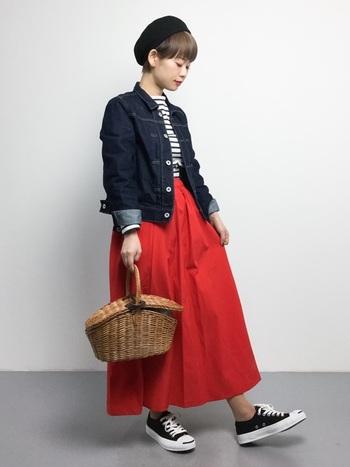 パッと目を引く鮮やかな赤のスカート。スカートを主役にしたいから、ほかのアイテムは定番ものを選んで。