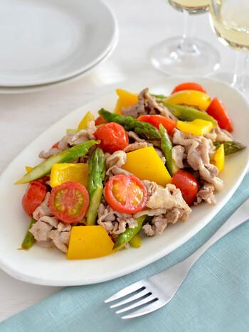 こちらもシンプルな洋風炊き込みご飯におすすめの、ボリューミーなおかずです。さっぱりレモン味で、炊き込みご飯の種類を問わず合わせやすい一品。野菜とお肉が両方入ってメインのおかずにもぴったりです♪