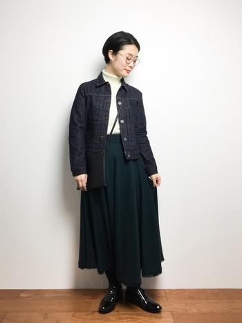 深みのあるグリーンのスカートに、濃いめの青のGジャンを合わせて。インナーを白にすることで軽快さもプラス。