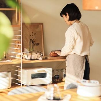 ロータイプのシェルフなら、ちょっとした調理をすることもできます。 ホームパーティーのときも、来客との会話を楽しみながら作業ができますね。