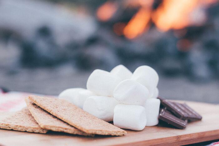 マシュマロを使ったお菓子といえば、キャンプで定番の「スモア」を思い出しますね。 焚き火でじっくり焼いたマシュマロとチョコレートをクラッカーにサンドして食べるスモアは、キャンプにはなくてはならない存在。食べた子どもたちが「once more!(ワンスモア)」と言うことからスモアとは呼ばれるようになったそう。