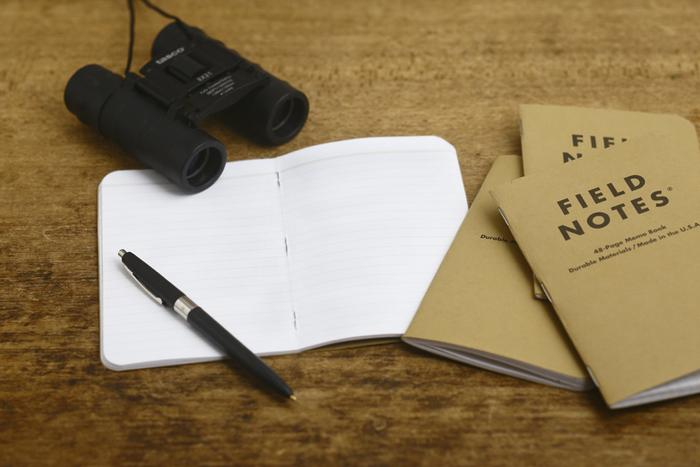 表紙はポケットに入れた時に嵩張らない厚さのタフなクラフト紙。日常の持ち歩きや、旅行先でのちょっとしたメモ用にも気兼ねなく使えるところが魅力です。
