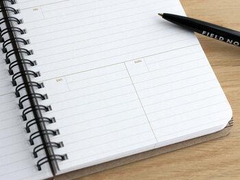 56週分のスケジュールを書き込める、見開き1週間のウィークリープランナーノート。自分で日付を書き込むタイプなので、日記ややることリスト風にも活用できます。