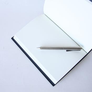 百人いれば、百通りの使い方が出来るようにと作られた「百人帳(ひゃくにんちょう)」は、伝統的でありながら、現代のどんなシーンにも合うモダンな無地ノートです。