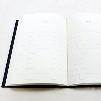 各ページ10行の記入欄があり、毎日1ページずつめくって書き進めてゆくユニークな日記帳です。1年目には1段目、2年目には2段目…と書き進めていき、10年に渡って毎日過去の同じ日の出来事を振り返りながら楽しめます。