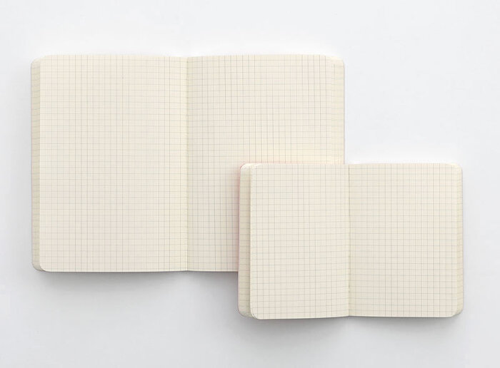 優しいクリーム色の中紙は使いやすい5mm方眼。文字だけでなく、図や表も記入しやすく幅広い用途に使えます。180度きれいに開く製本なので書き込みしやすいのもポイント。